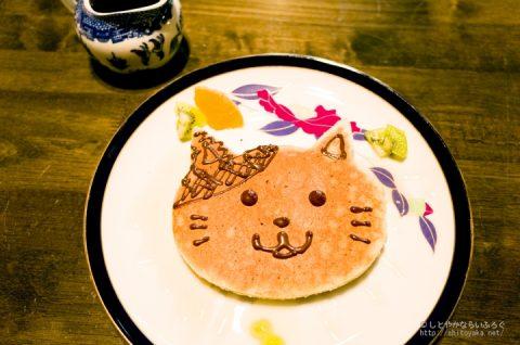 きゃわわ! ブックカフェ「フランツ・カフカ」の自分で顔を描く猫パンケーキ